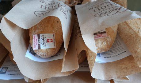 Erzsébet-kenyeret osztott a Karitász